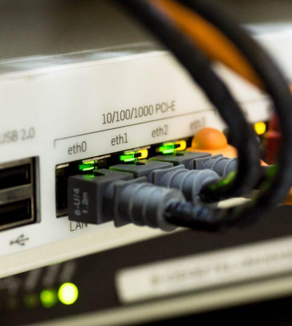 Kabels, lampjes en knopjes in de ICT